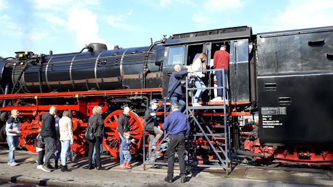 Locomotief serie 23 trekt bezoek