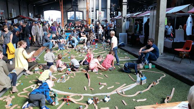 Kinderen bouwen mega spoorbaan